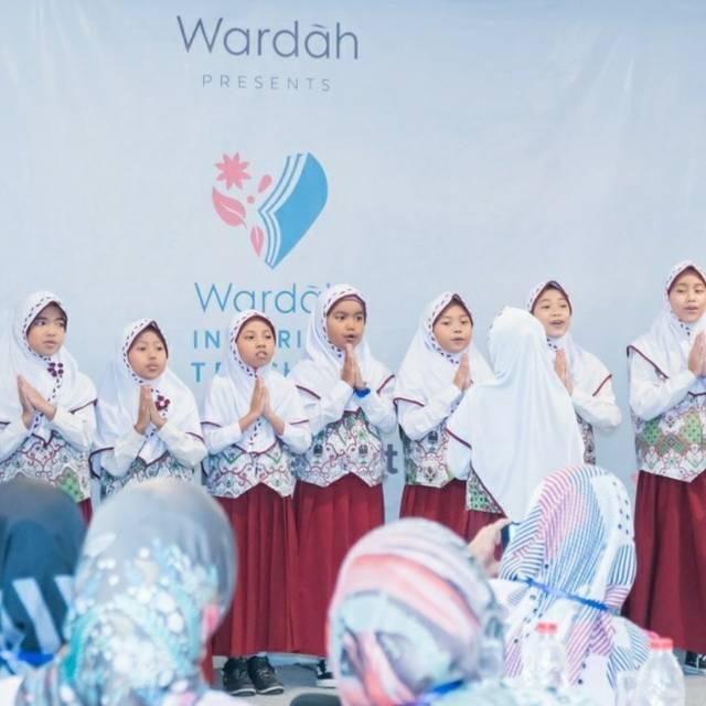 Penampilan siswa SD untuk memberikan apresiasi kepada para guru saat acara Wardah Inspirasi Teacher. (Foto: Instagram/wardahinspiringteacher) tugu jatim pt paragon