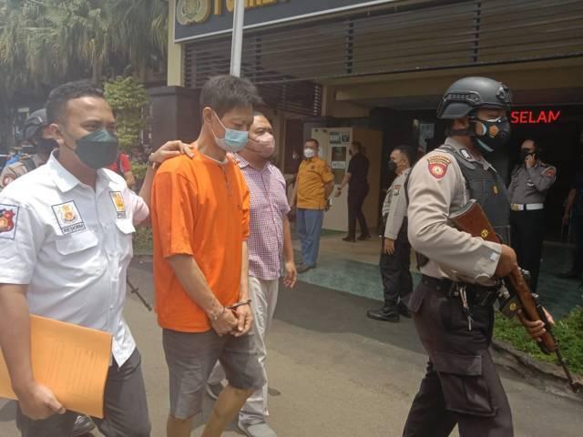 SL, warga Kecamatan Sukun, Kota Malang, yang menjadi pelaku pembunuhan istri sirinya saat pers rilis pada Selasa (28/09/2021). (Foto: M. Sholeh/Tugu Malang/Tugu Jatim)