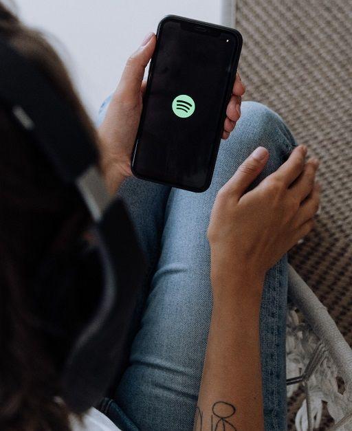 Ilustrasi mendengarkan lagu di Spotify/tugu jatim