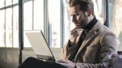 Ilustrasi seseorang sedang kebingungan saat bekerja. (Foto: Pexels/Tugu Jatim)