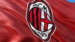 Bendera dan Logo AC Milan berkibar sebagai penanda kembalinya Il Rossoneri ke pentas Champions League/tugu jatim