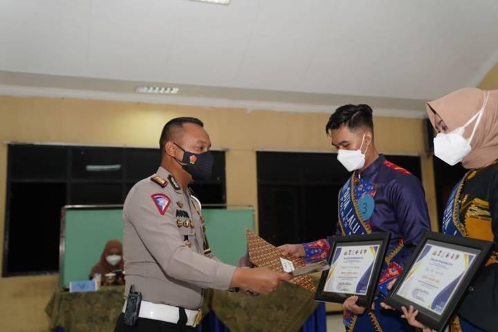 Kasat Lantas AKP Agung Fitransyah memberikan piagam penghargaan kepada pemenang Duta Lantas pada Jumat (24/09/2021). (Foto: Rizal Adhi Pratama/Tugu Malang/Tugu Jatim)