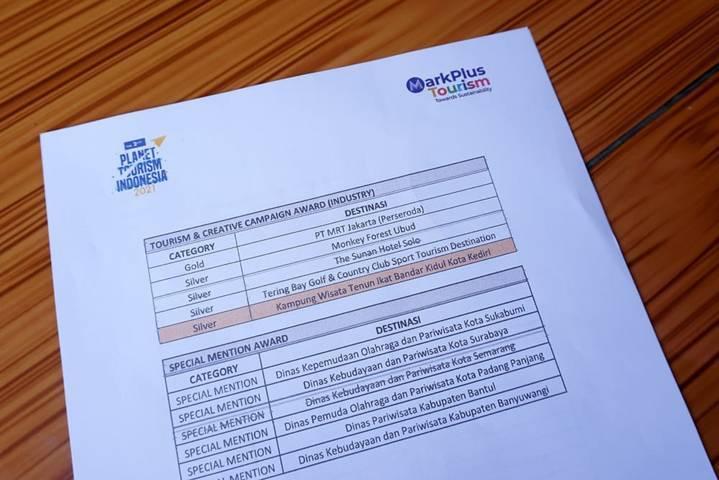 Pokdarwis Tenun Ikat Bandar Kidul Kota Kediri tertulis meraih penghargaan. (Foto: Dokumen/Tugu Jatim)