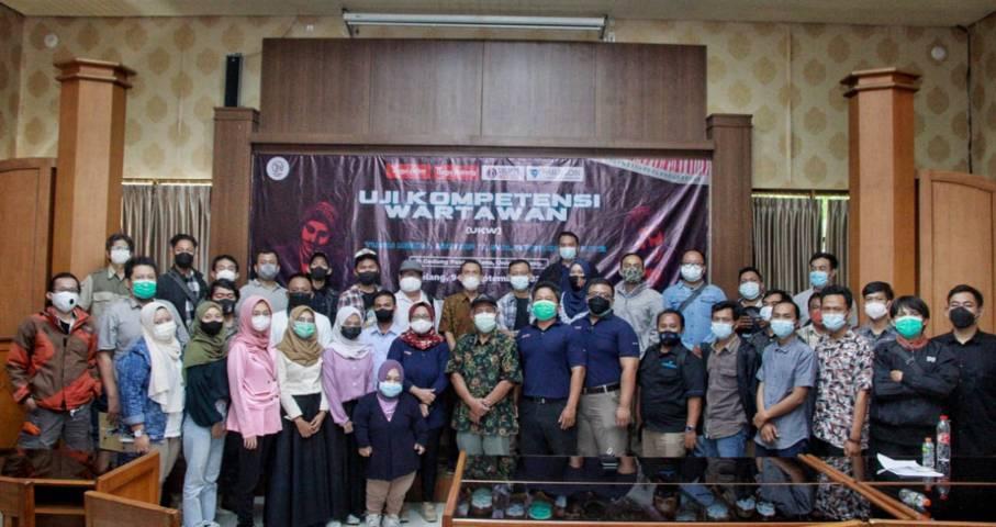 Peserta dan penguji dalam UKW Tugu Media Group X Solopos Institute foto bersama di Gedung Pascasarjana Uniga Malang, Jumat (10/09/2021). (Foto: Rubianto/Tugu Malang/Tugu Jatim)