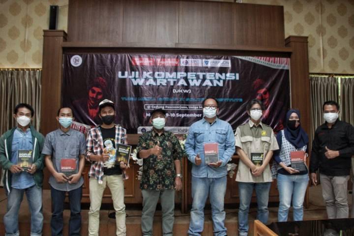 Sebanyak 6 peserta terbaik dalam UKW Tugu Media Group X Solopos Institute yang diselenggarakan di Gedung Pascasarjana Uniga Malang, Jumat (10/09/2021). (Foto: Rubianto/Tugu Malang/Tugu Jatim)