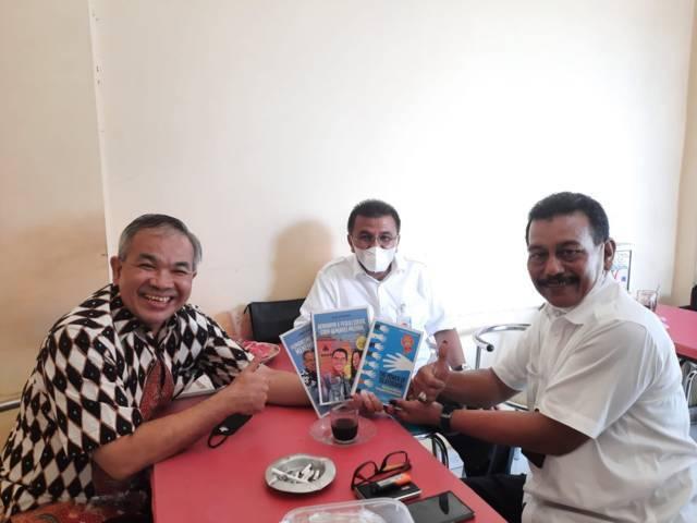 Pakar Komunikasi dan Motivator Nasional Dr Aqua Dwipayana bersama Dirut Bank Nagari Muhammad Irsyad.(Foto: Dokumen/Tugu Jatim)