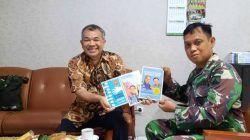 Pakar Komunikasi dan Motivator Nasiona Dr Aqua Dwipayana memberikan 3 buku karyanya kepada Kepala Rumah Sakit Bhakti Wira Tamtama Letkol Ckm dr Moch. Andi Fatkhurrohman Sp THT beberapa waktu lalu. (Foto: Dokumen/Tugu Jatim)