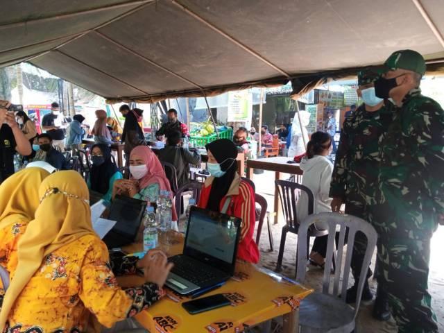 Wisatawan di Pantai Kelapa Tuban saat melakukan screening sebelum vaksinasi pada Jumat (03/09/2021). (Foto: Mochamad Abdurrochim/Tugu Jatim)