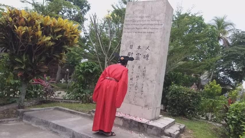 "Pokdarwis Koeboeran Londo Kota Malang menggelar ritual ""Hana O Maku"" atau tabur bunga di Tugu Jepang, Kota Malang, Sabtu (25/09/2021).(Foto: Dokumen/Tugu Jatim)"