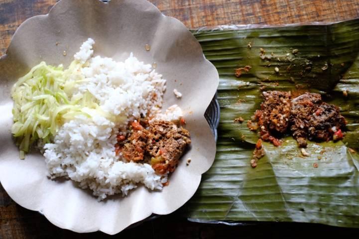 Pengunjung bisa menikmati kuliner unik Pincukan Tawon ini di Warung Pondok Osing, Jalan Raya Dieng, Kota Batu. (Foto: Istimewa/Tugu Jatim)