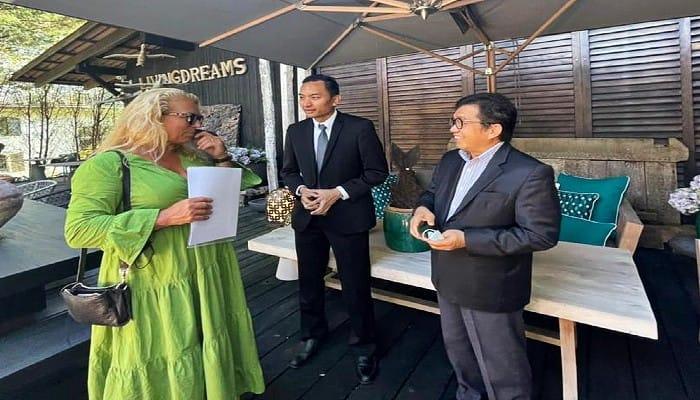 Duta besar Indonesia untuk Swiss, Muliaman Hadad (kanan), berbincang bersama Nicole Hoch (kiri), perwakilan Living Dream/tugu jatim