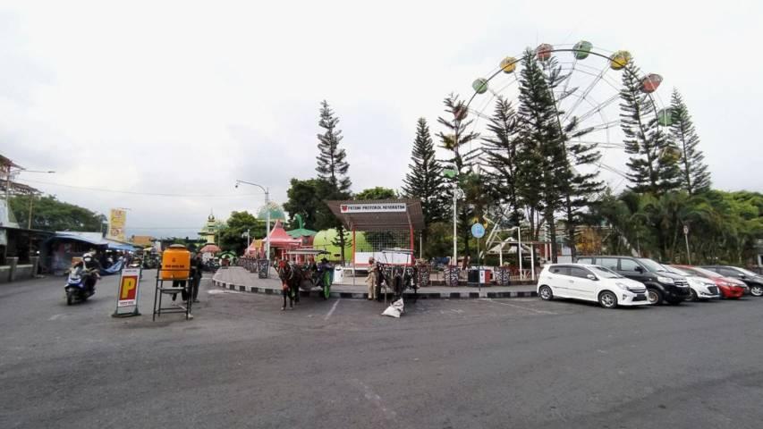 Kusir delman di Alun-Alun Wisata Kota Batu tampak sudah mulai kembali mangkal pasca penurunan status PPKM Level 3. (Foto:M. Ulul Azmy/Tugu Malang/Tugu Jatim)