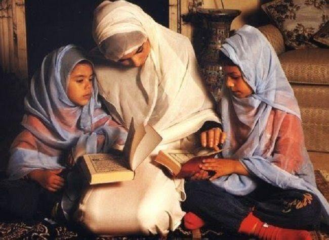Sebagai ibu, perempuan perlu berdakwah pada anaknya/tugu jatim