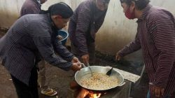 Lestarikan Tradisi, Pokdarwis Kampung Gribig Religi Malang Bikin Bubur Sapar