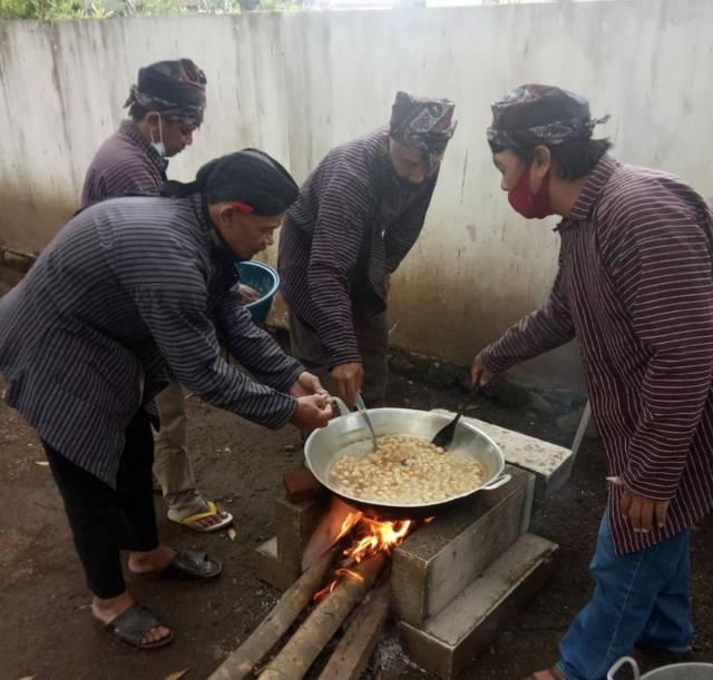 Anggota Pokdarwis Kampung Gribig Religi Kota Malang saat membuat bubur sapar pada Kamis (16/09/2021). (Foto: Dokumen/Tugu Jatim)
