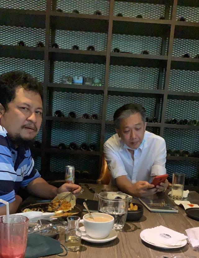 CEO Tugu Media Group Irham Thoriq (kiri) bersama pengusaha besar asal Surabaya yaitu Effendi Pudjihartono pada Minggu (30/08/2021).(Foto: Irham Thoriq/Tugu Malang/Tugu Jatim)