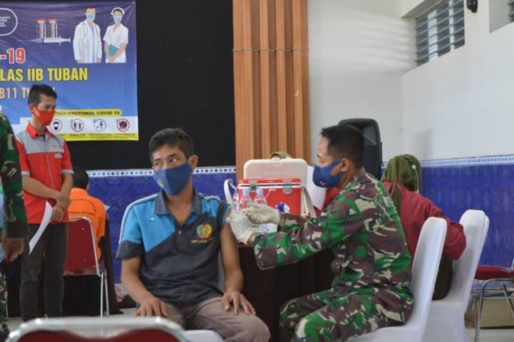 Kodim 0811 Tuban bekerja sama dengan dinas kesehatan (dinkes) menggelar serbuan vaksinasi Covid-19 pada Jumat (10/09/2021) untuk ratusan warga binaan Lapas Kelas IIB Tuban. (Foto: Humas Lapas Kelas IIB Tuban/Tugu Jatim)