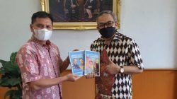 Pakar Komunikasi dan Motivator Nasional Dr Aqua Dwipayana bersama Kepala Perwakilan Bank Indonesia Sumbar Wahyu Purnama.(Foto: Dokumen/Tugu Jatim)