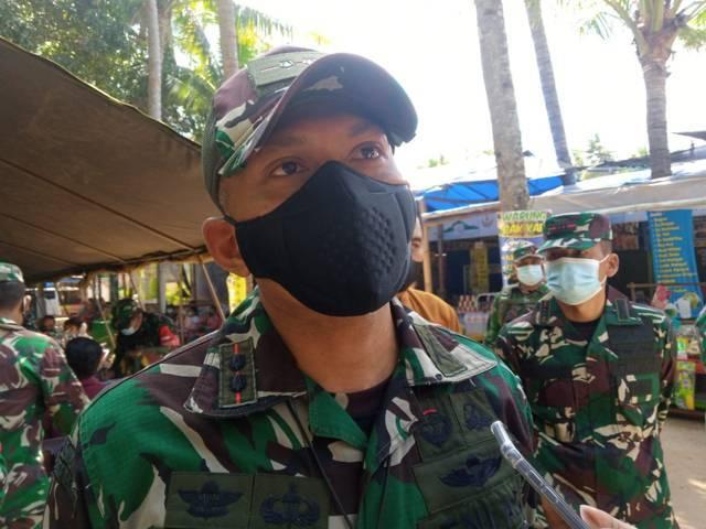 Komandan Kodim 0811 Tuban Letkol Infantri Villiala Romadon meninjau vaksinasi di Pantai Kelapa, Jumat (03/09/2021). (Foto: Mochamad Abdurrochim/Tugu Jatim)
