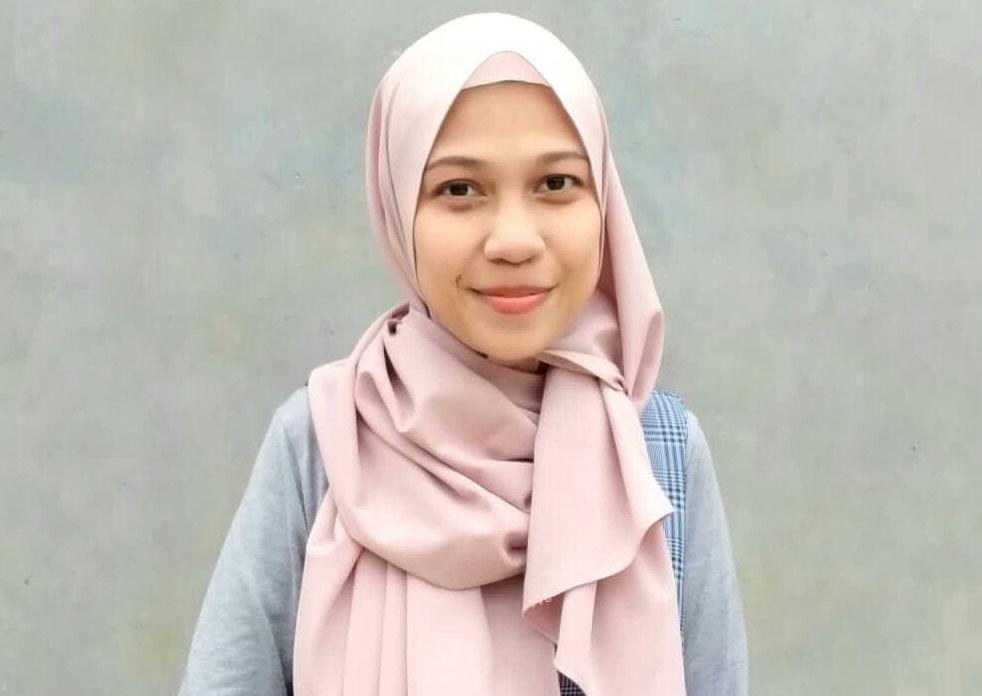 Syafura Az-Zahra, member Pondok Inspirasi yang berhasil meraih juara satu KTI IMACOM (Imatelki Competition)/tugu jatim