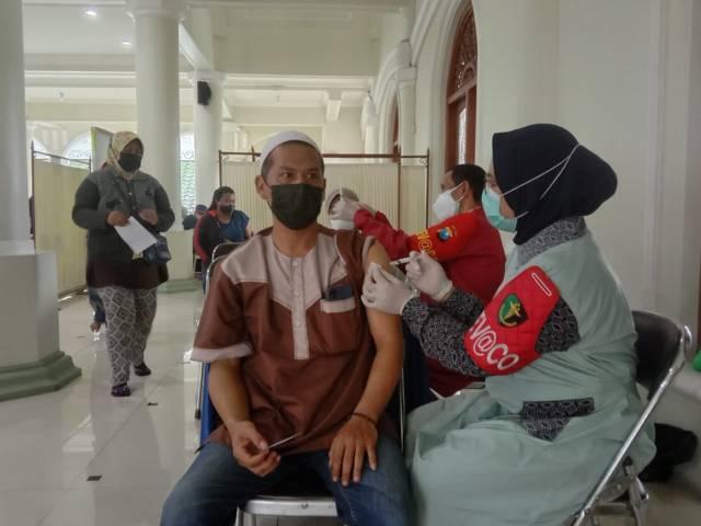 Peserta vaksinasi Covid-19 di Masjid Jami' Kota Malang pada Kamis (16/09/2021). (Foto: M. Sholeh/Tugu Malang/Tugu Jatim)