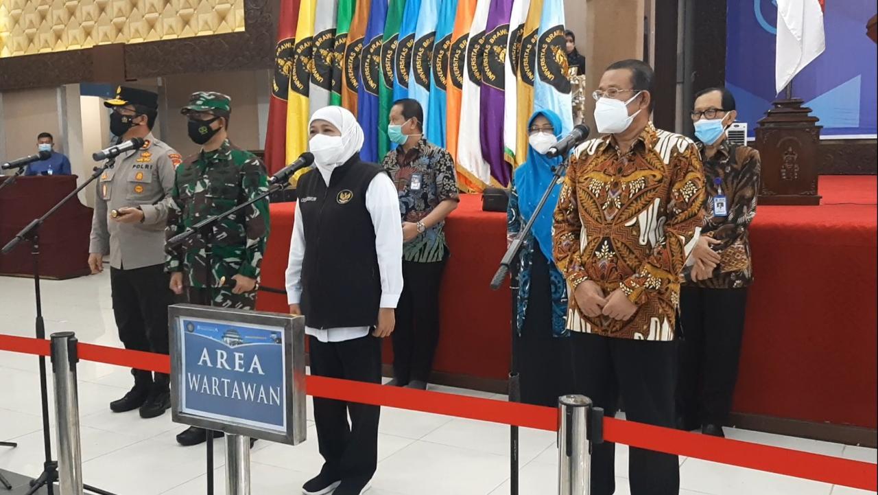 Gubernur Jatim Khofifah Indar Parawansa saat memberikan sambutan dalam kegiatan vaksinasi di UB, pada Sabtu (18/09/2021). ( Foto: Gabriel Jhon K.S./Tugu Jatim)