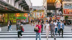 Salah satu potret orang Jepang yang suka berjalan kaki untuk menjaga kesehatan tubuhnya/tugu jatim