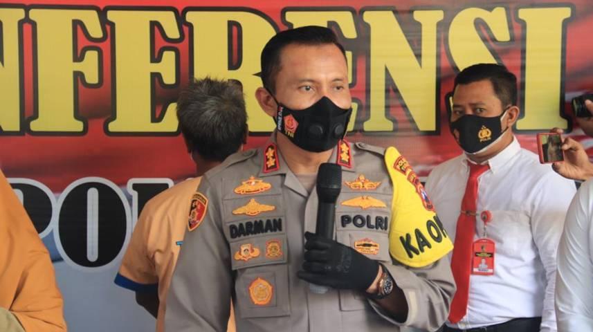 Kapolres Tuban AKBP Darman saat konferensi pers kasus pencurian uang tunai di counter HP, Selasa (28/09/2021). (Foto: Humas Polres Tuban/Tugu Jatim)