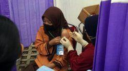 Vaksinator tampak memvaksin siswa SD Kota Kediri pada Jumat (24/09/2021). (Foto: Dokumen/Tugu Jatim)