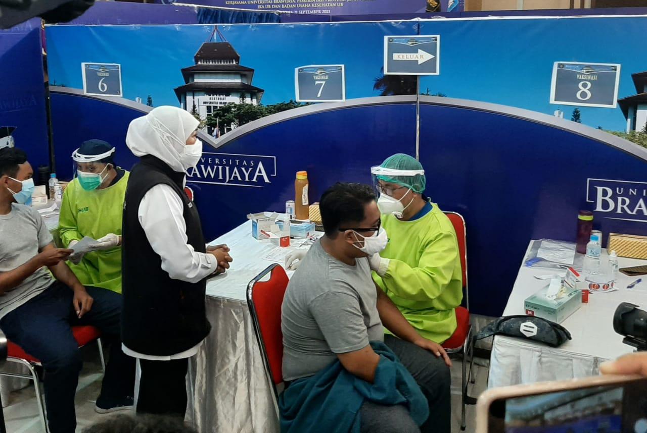 Gubernur Jatim Khofifah Indar Parawansa saat melihat langsung proses vaksinasi di UB, pada Sabtu (18/09/2021). ( Foto: Gabriel Jhon K.S./Tugu Jatim)