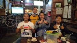 Acara silaturahmi dengan Kang Pri di salah satu kafe di Kota Malang pada Minggu (05/09/2021), Supriyadi (kiri), Herlianto. A (belakang), Hendrik (tengah) dan Ach. Faisol (kanan). (Foto : Herlianto. A/Tugu Malang/Tugu Jatim)