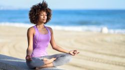 Ilustrasi orang sedang melakukan self healing meditasi/tugu jatim