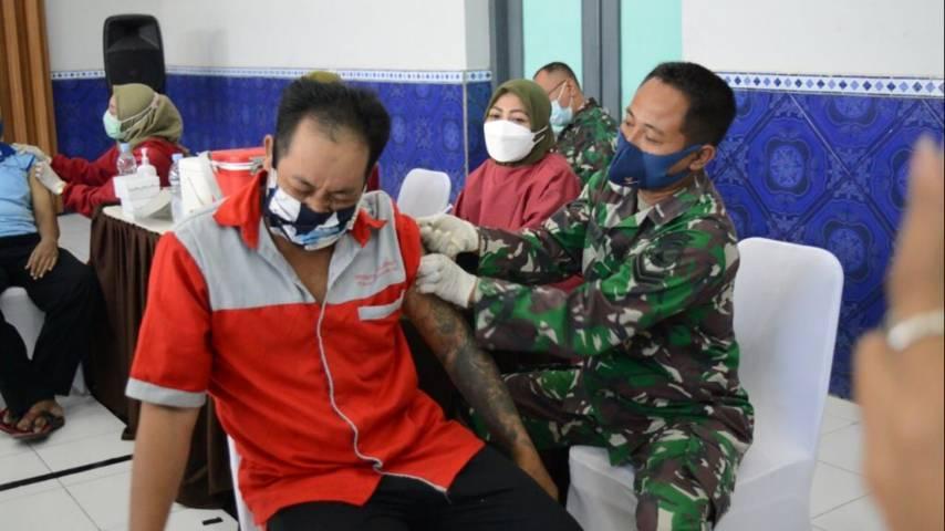Salah satu narapidana tampak meringis saat divaksin oleh vaksinator Kodim 0811 Tuban pada Jumat (10/09/2021). (Foto: Humas Lapas Kelas IIB Tuban/Tugu Jatim)