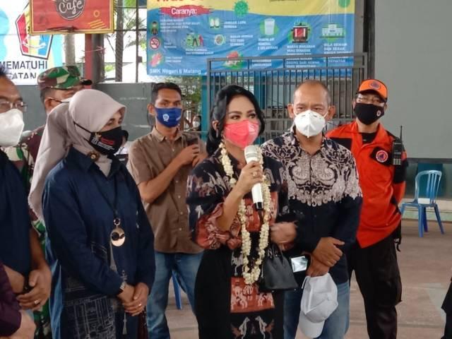 Krisdayanti, Anggota Komisi IX DPR RI, saat meninjau pelaksanaan vaksinasi siswa di SMKN 6 Kota Malang, Sabtu (25/09/2021).(Foto: M. Sholeh/Tugu Malang/Tugu Jatim)
