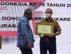 Giat Donor Plasma Konvaselen, Pengusaha Sim Putra Bradley Raih Penghargaan dari Wali Kota Surabaya