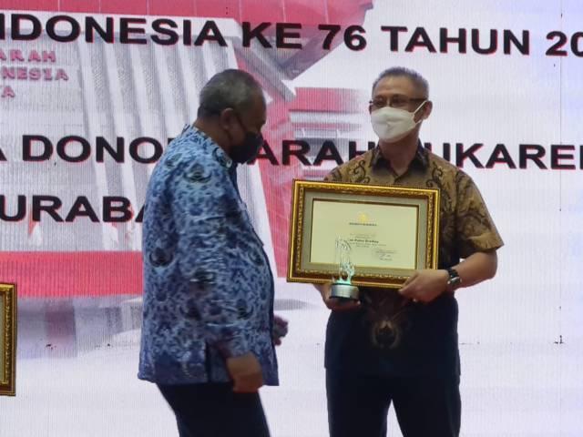 Pengusaha Sim Putra Bradley mendapatkan penghargaan dari Wali Kota Surabaya Eri Cahyadi sebagai penggerak donatur di PMI Kota Surabaya, Jumat (17/09/2021).(Foto: Sim Putra Bradley/Tugu Jatim)