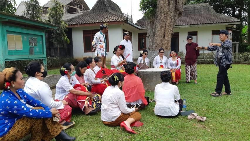 Ki Suryo, juru pelihara candi, menjelaskan sejarah Candi Jado dan Candi Kidal kepada Perkumpulan Perempuan Bersanggul Nasional (PBN) di Kecamatan Tumpang, Kabupaten Malang, Minggu (05/09/2021).(Foto: Dokumen/Tugu Jatim)