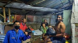 Salah satu kader PMII Kota Malang membagikan sembako pada warga di bantaran sungai Brantas, pada Kamis (23/09/2021)/tugu jatim