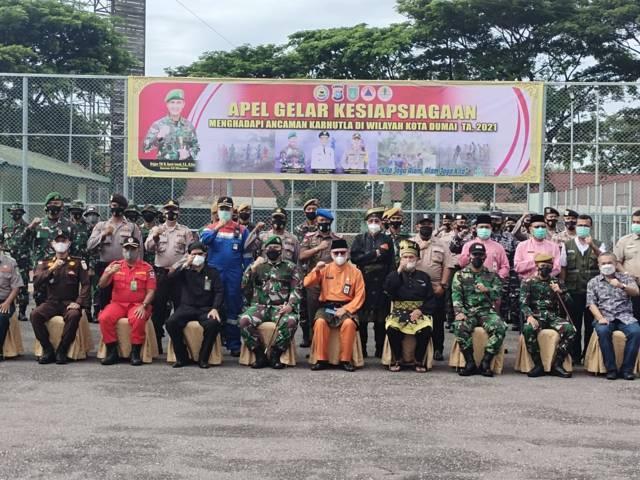 Pakar Komunikasi dan Motivator Nasional Dr Aqua Dwipayana (duduk paling kanan) bersama peserta Apel Gelar Kesiapsiagaan Pencegahan Kebakaran Hutan dan Lahan Tahun 2021 di Kota Dumai. (Foto: Dokumen) tugu jatim