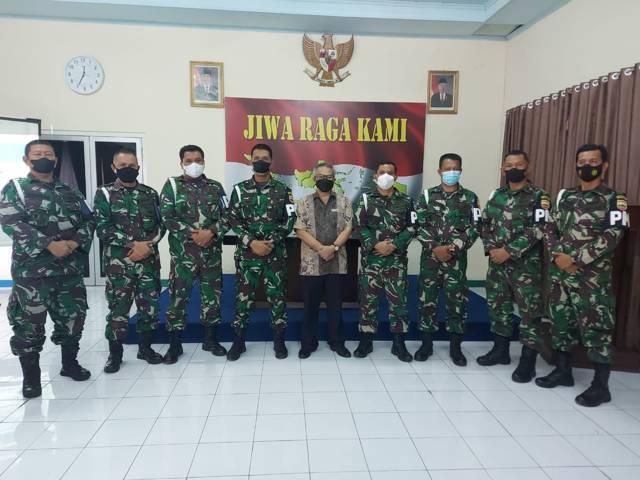 Dr Aqua bersama Dandenpom I/4 Padang Mayor Cpm Partomuan Tanjung bersama para perwiranya.