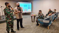 Kepala Seksi Senjata Lanud Sutan Syahrir Mayor Tek Mulyata mendapat hadiah dari Dr Aqua Dwipayana untuk jalan-jalan ke Bali bersama istrinya. (Foto: Dokumen) tugu jatim