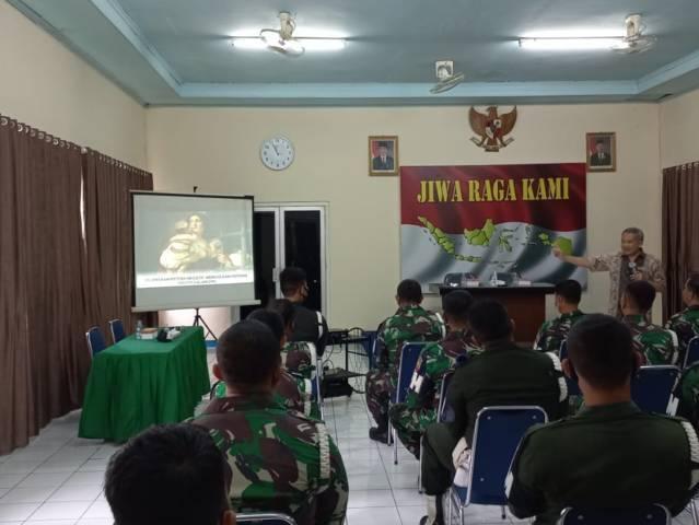 Dr Aqua Dwipayana sedang presentasi di Denpom I/4 Padang.