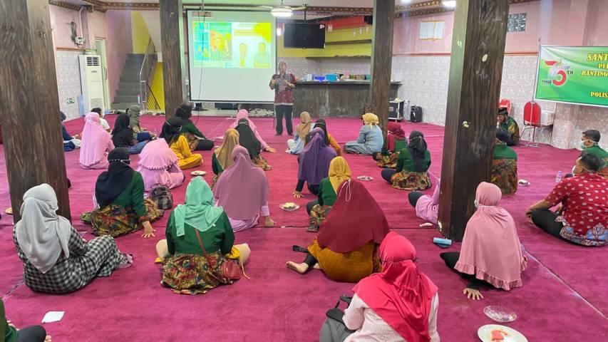 Dr Aqua Dwipayana saat Sharing Komunikasi dan Motivasi di Rumah Sakit Ibu dan Anak (RSIA) Hikmah Sawi, Bangkalan, Madura, pada Senin malam, 30 Agustus 2021 lalu. (Foto: Dokumen) tugu jatim