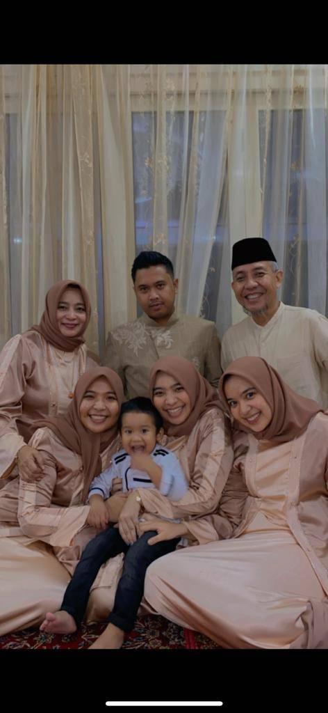 Arnes Azwar bersama keluarga termasuk menantu dan cucu. (Foto: Dokumen) tugu jatim