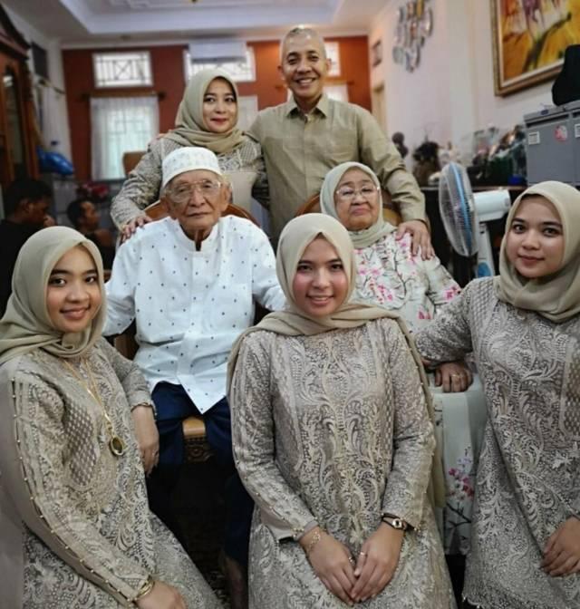 Arnes Azwar bersama keluarga termasuk menantu dan cucu. (Foto: Dokumen)