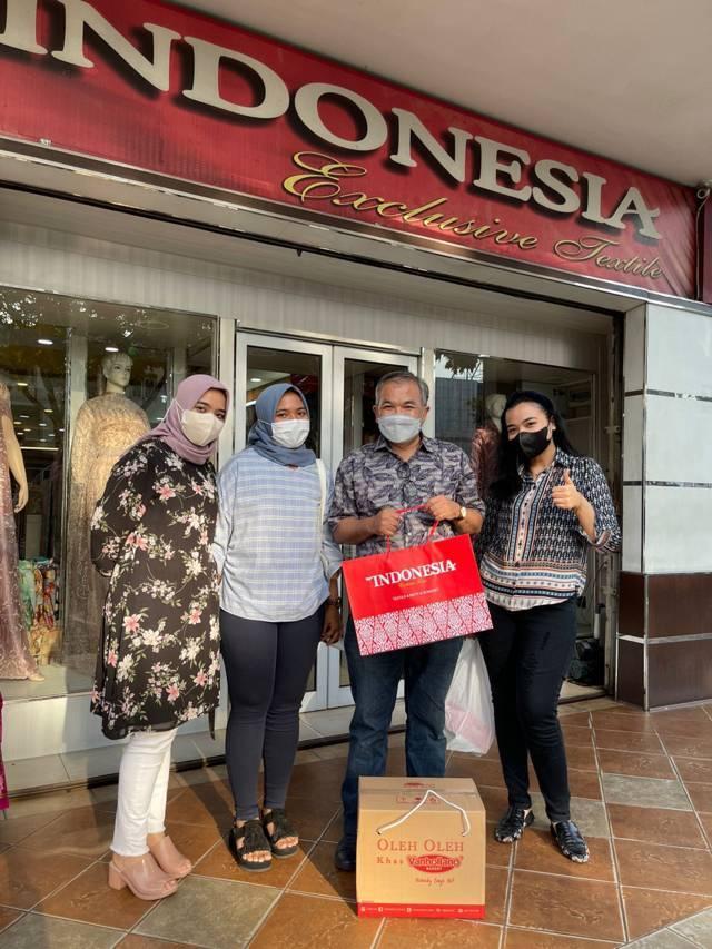 Dr Aqua Dwipayana bersama Dhila Ayunanda Arnes, Vindha Berliana Arnes, dan Nadhisa Camila Arnes di depan toko Indonesia Exclusive Textile Pekanbaru. (Foto: Dokumen) tugu jatim