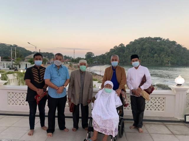 Dr Aqua Dwipayana bersama Arnes, kedua orangtuanya H. Azwar Hakim Datuk Rajo Sampono dan Hj. Anidar, menantu Tetuko Dwi Jatmiko serta Prof Werry Darta Taifur. (Foto: Dokumen) tugu jatim