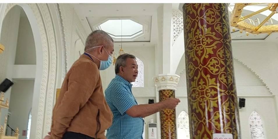 Dr Aqua Dwipayana didamping Arnes Azwar saat memotivasi seluruh pegawai Masjid Al-Hakim. (Foto: Dokumen) tugu jatim