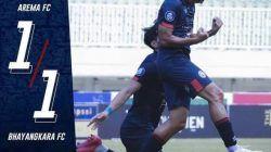 Dendi Santoso berselebrasi usai mencetak gol penyama kedudukan menjadi 1-1 ketika melawan Bhayangkara FC, Minggu (12/9/2021). (Foto: Instagram/Arema FC Official) tugu jatim