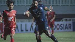 Eduardo Fortes saat mendribble bola pada laga Arema FC vs PSM Makassar di Stadion Pakansari, Bogor, Minggu (5/9/2021) malam. (Foto: Instagram/Arema FC Official) liga 1 tugu jatim